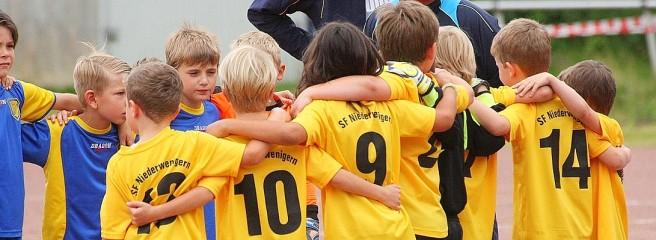Jugendfussball-Stadtmeisterschaft-Turnier-der-Minikicker-15-kaGF-656x240-DERWESTEN